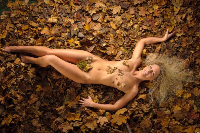 Akt im Herbstlaub