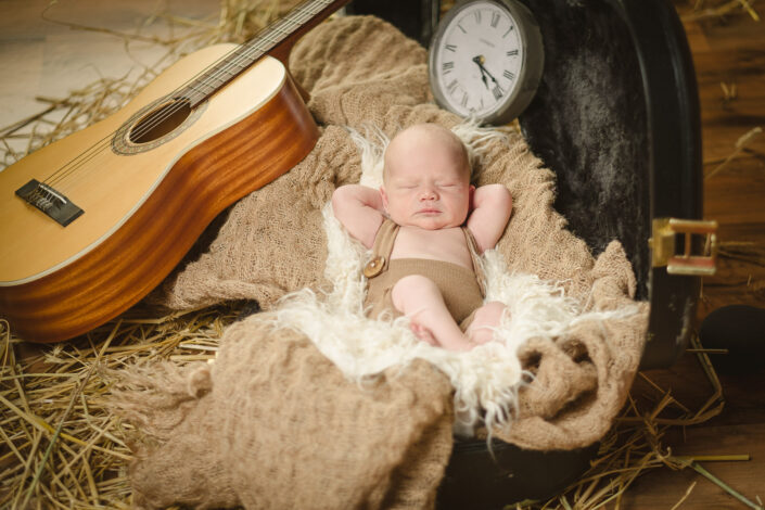 Newborn mit Gitarre