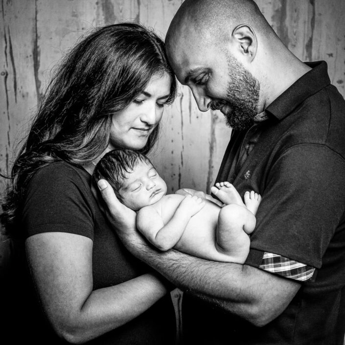 Die glückliche Familie mit Newborn
